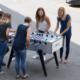 Pausen: Run my Accounts Team beim Tischfussball Spielen vor dem Büro.